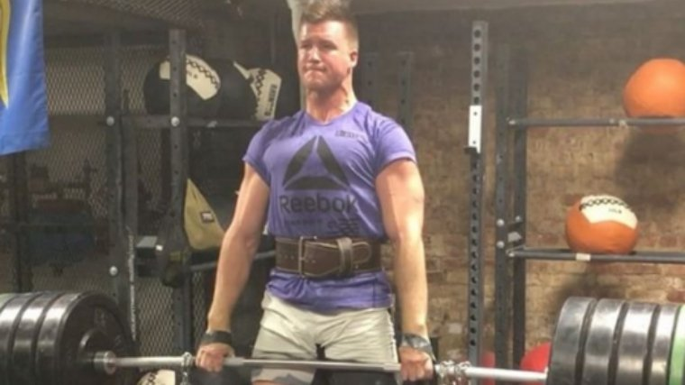 Man bracing into lifting belt