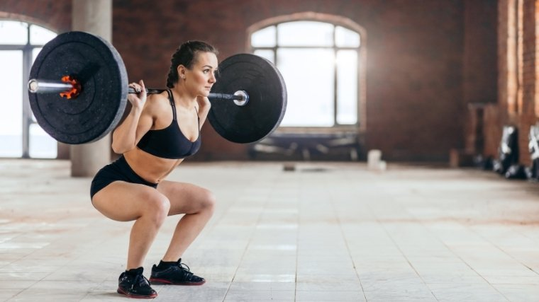 woman squatting barbell