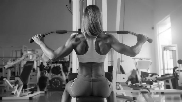 female bodybuilder doing lat pulldowns