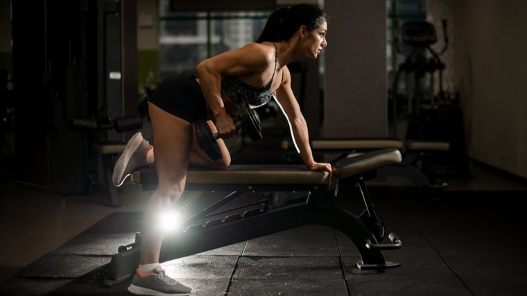 woman doing dumbbell row